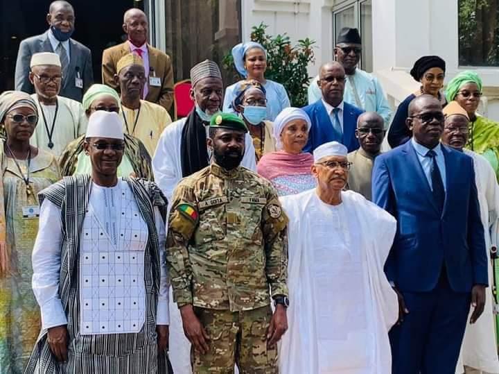 Ce Mardi 26 octobre 2021, M. Ibrahim Ikassa Maiga, Ministre de la Refondation de l'État, chargé des Relations avec les Institutions, a assisté à l'Installation du Panel des Hautes Personnalités des Assises Nationales de la Refondation ANR, par le président de la Transition, Chef l'Etat, le Colonel Assimi Goita. C'était à la faveur d'une cérémonie ce matin au Palais de Koulouba, en présence du Chef du Gouvernement Choguel Kokalla Maiga et des membres du Panel, présidé par le ministre Zeyni Moulaye